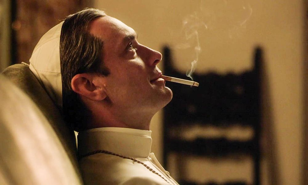 the-young-pope-jude-law-smoking-sorozatajanlo